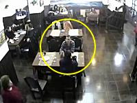 ロシアで撮影された冷静すぎる男の映像が話題。ギャング集団に襲撃された店内で