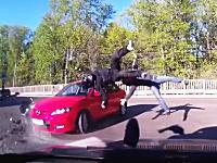 世界で撮影されたバイクの事故映像集。やっぱり二輪の事故は怖いなあ(@_@;)