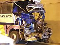 どういう状況だよ。エジプトでとんでもない状態で走っているバスが撮影されるw