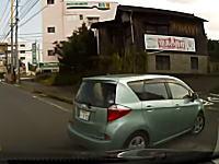 なんで下がった?駐車場の入口で謎バックしてきた車に当てられたドライブレコーダー