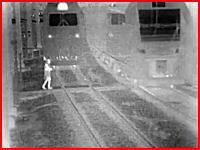 これはおぎゃあああ(´°_°`)線路を横断しようとした女性がモロに電車にはねられる