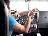 なにを操作しているんだろう。両手でギアチェンジが必要なトラックの運転が大変そう