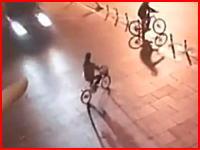 自転車の女性がノー減速の車にはねられ吹っ飛ばされる映像。40メートル飛ばされて死亡。