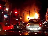 大火事の真横を通り抜けてみたドライブレコーダー。思ったより激しく燃えてる。