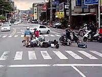 これは酷いひき逃げ。信号無視の車が複数のスクーターと接触して逃走。台湾。