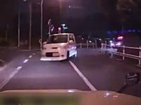 これは酷い。新宿でパトカーから逃走していた軽四に突っ込まれたタクシーの車載