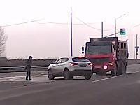 これが奇跡か。大型ダンプと左折車の交通事故に巻き込まれかけた歩行者の男性