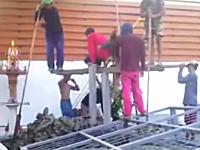 人力工事。建設現場で杭打ち機を使わずに太い杭を地面に打ち込む方法。