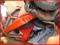 給水車の横転事故で完全に潰れた運転席にドライバーが・・・。死亡事故の現場。
