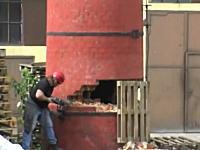 海外ではこの煙突の解体方法が一般的なのか?ちょっと危なっかしい倒し方動画。