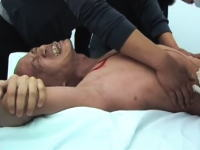 中国の芸術家「何云昌」が行った麻酔なしで自分の体にメスを入れるというパフォーマンスアートの映像