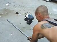 ヘルメットは良いものを購入したい。日本製と中国製のメットを鉄パイプでぶっ叩いてみた