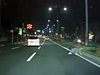 福岡市内の3車線ある道路の一番右で人が寝ていた車載。これは良くみないとゴミかと思うなw