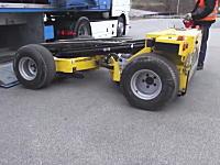 世の中には色々な便利な物があるんやな。トラックの車体の下に収納できるリモコン操作フォークリフトというものがあるらしい。