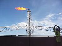 油田や製油所の煙突の炎はこうやって点火している。照明弾みたいなので下からバーン