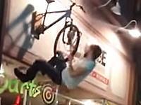 これはどう考えてもあほいwww看板に刺さってる自転車に乗ろうとして大痛い事にwww