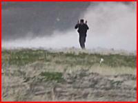 クルド人の歩兵に対して圧倒的兵力で攻撃を加えるイスラム国。最後は装甲車で踏む(@_@;)