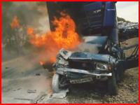 炎上する車のなかで苦しみ叫ぶ男性・・・。これは助けられない。きっつい動画。