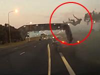 事故ったオープンカーから乗員がピョーン!と投げ出される瞬間のが撮影される