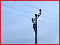 そこに触れちゃいけない(´°_°`)電柱に登っていた少年が感電して高い所から落ちる