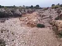 枯れた川にちょろちょろっと水が流れてきたと思ったら!?一瞬にして凄いことに。