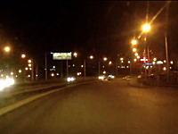 無謀な横断。ハイウェイを走って渡ろうとした男が車にはねられて死亡。その瞬間。