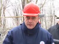 インタビュー中に落ちてきた大きな氷の塊が大臣を直撃。ヘルメットに命を助けられた動画
