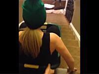 痛いLiveLeak。洗濯カゴに乗って階段を滑り降りる遊びをしていたお姉ちゃんがwww