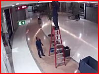 激痛いYouTube。これはアカンやつやと思う。脚立に登って作業していた男性が(((゚Д゚)))