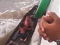 あぶねええwww走る船に信じられない方法で乗り込んでくる少女たちの映像。危険すぎww