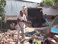 おぬしらそこで何をしておる!と容赦なくライフル銃をぶっ放すおじさん。インド。