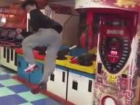 韓国のゲームセンターで撮影された凄いヤツ。パンチングマシーンを回転蹴りで。