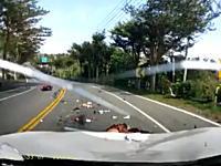カーブを曲がりきれなかったスクーターに正面から突っ込まれるドライブレコーダー