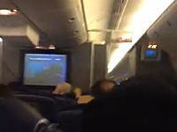 乱気流により14人が負傷して成田空港に緊急着陸したアメリカン航空の機内の様子