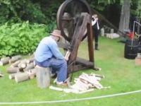 薪を割るのは斧だけじゃない。世界のどこかで使われている薪割りマシーンまとめ動画。