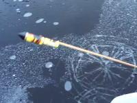 それにしてもこの威力よwww凍った湖の氷の下でロケット花火を発射するとこうなる動画。