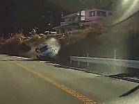 これは危ない!神奈川で道をそれて斜面走行になった車がもう少しでロバート・クビサな事に。