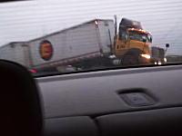 高速道路の事故現場でハザードを出して停止していたら後ろから巨大なトラックがあああ!