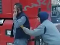 酷すぎワロタwwww電話中の男性のポケットにこっそり爆竹を入れてみるイタズラwww