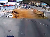 コリア怖い!交差点で土を満載したダンプとダンプが衝突してセダンが危ない動画