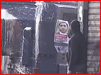 非武装の抗議をしていた男性、装甲車からポロッと開いた小窓から顔を撃たれる