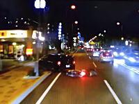 目の前で転倒した原付バイクを踏みかけたトラックの車載動画。これは危ない。