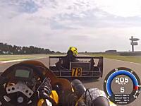 小さなマシンで時速230キロ以上。スーパーカートのレースがめちゃくちゃ熱い