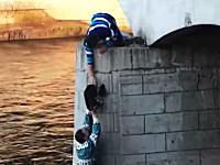 お兄さんGJ動画。川の浅瀬に取り残されて身動きが取れなくなったワンコをみんなで助ける