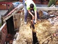 屋根の解体作業で危機一髪。足場が崩れて一緒に落ちそうになってしまう作業員。