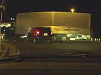 「止まれ」を無視して国道に出ようとした軽四がトラックの腹に衝突してしまう動画