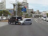 那覇市で撮影された珍しい事故ドライブレコーダー。Uターンしようとしたハマーがw