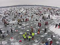 氷の上に34000個の穴と11000人のアングラー!世界最大の氷穴釣り大会の様子。ガル湖