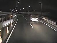 認知症の83歳が運転する軽四が首都高を逆走。トラックと正面衝突して死亡の瞬間。
