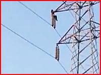 感電自殺?中国で鉄塔に登っていた女性がバチッ!と電気ショックを受けて落下。その瞬間。